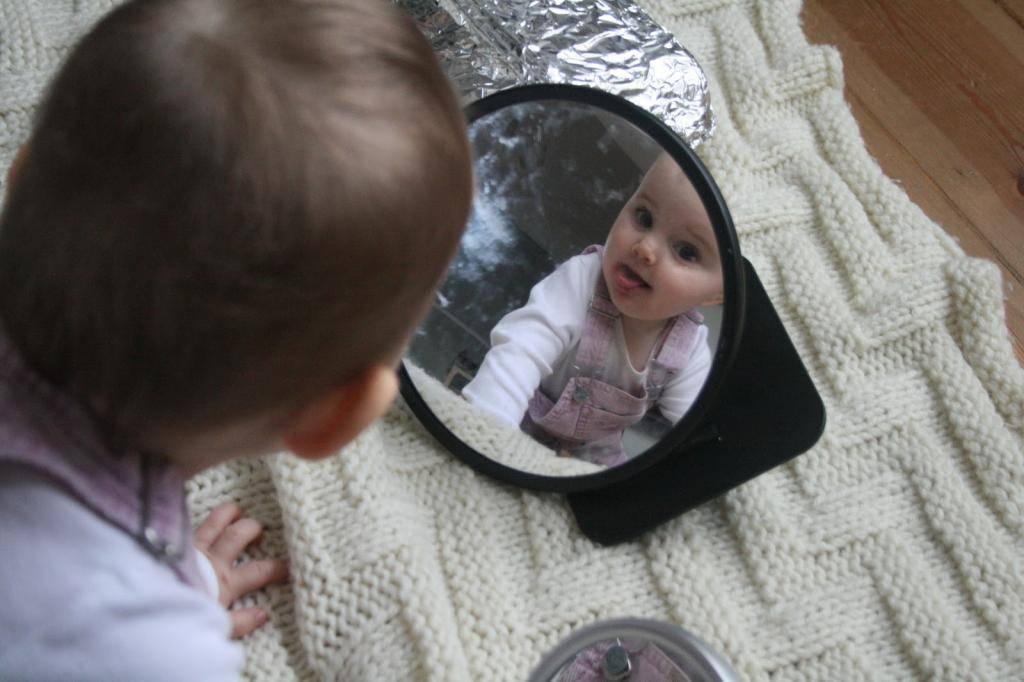 Когда можно показывать новорожденного ребенка после рождения (на фото и в зеркало)?