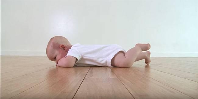 Развитие младенца: обойду весь мир …ползком – когда ребенок начинает ползать!