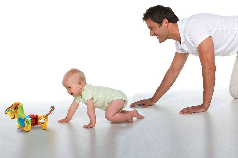 Когда дети начинают ползать и как помочь малышу упражнениями, массажем