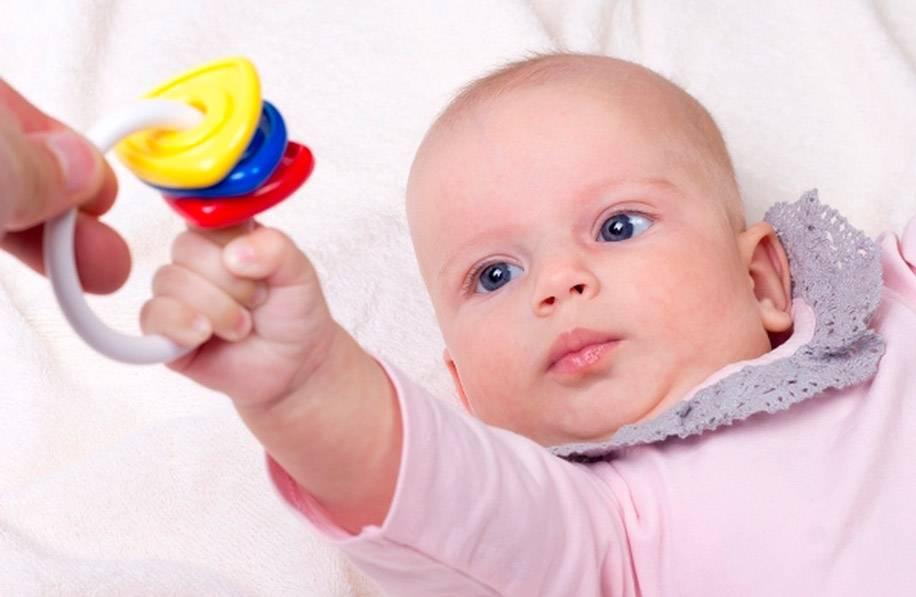 Погремушки для новорожденных на кроватку и коляску, когда их можно давать