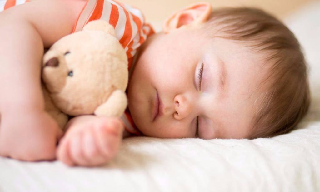 Почему грудничок не спит весь день как помочь уснуть, нормы сна, патологические причины