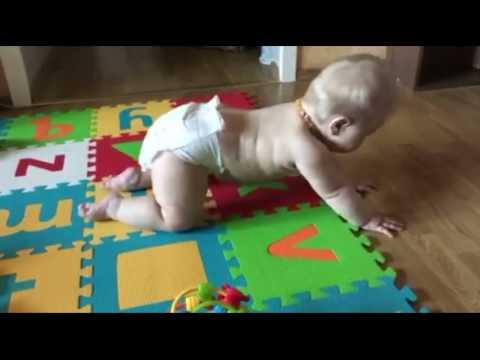 Как научить ребенка ползать по-пластунски и на четвереньках