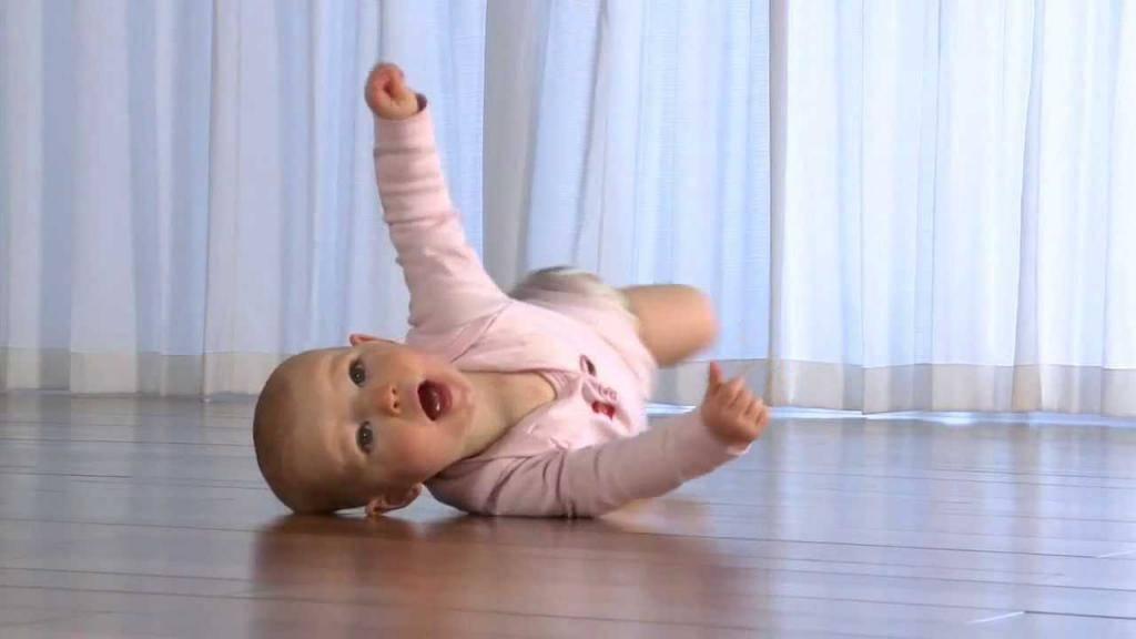 Как научить ребенка переворачиваться на живот, на бок со спины и обратно в 3-4 месяца + видео