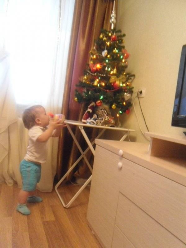 Как уберечь новогоднюю елку от ребенка