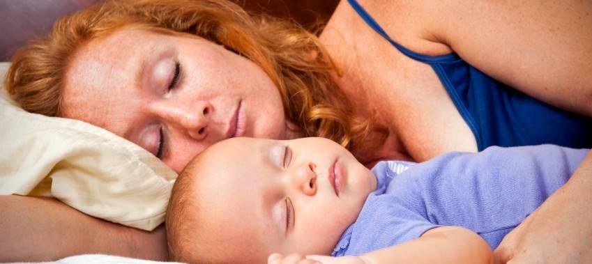 Ночное кормление новорожденного грудным молоком: нужно ли будить ребенка для кормления ночью