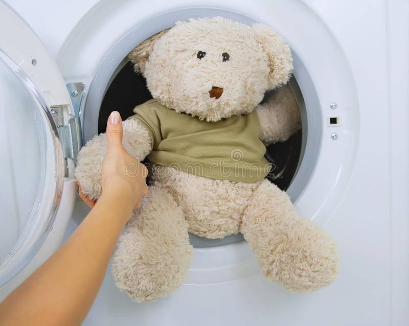 Как стирать мягкие игрушки в стиральной машине и вручную и можно ли? видео
