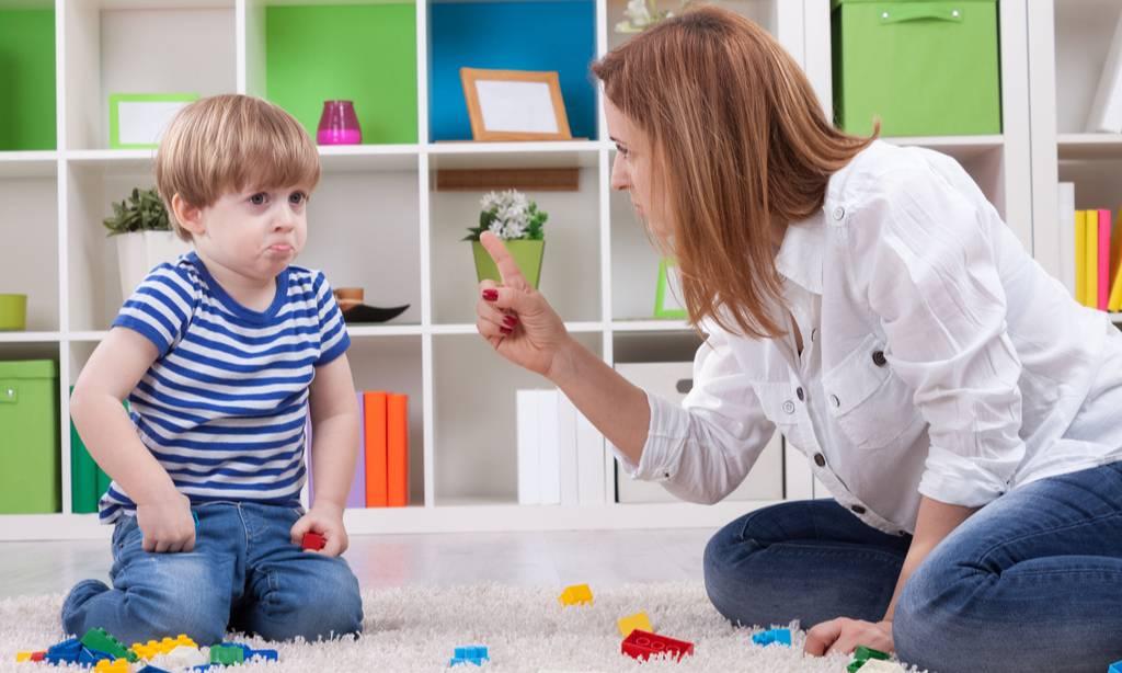 Сыну уже 4 года, а он не играет сам. бабушка научила, что делать