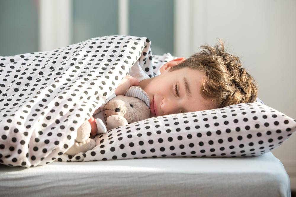 Как приучить ребенка-грудничка засыпать самостоятельно в кроватке: со скольки месяцев