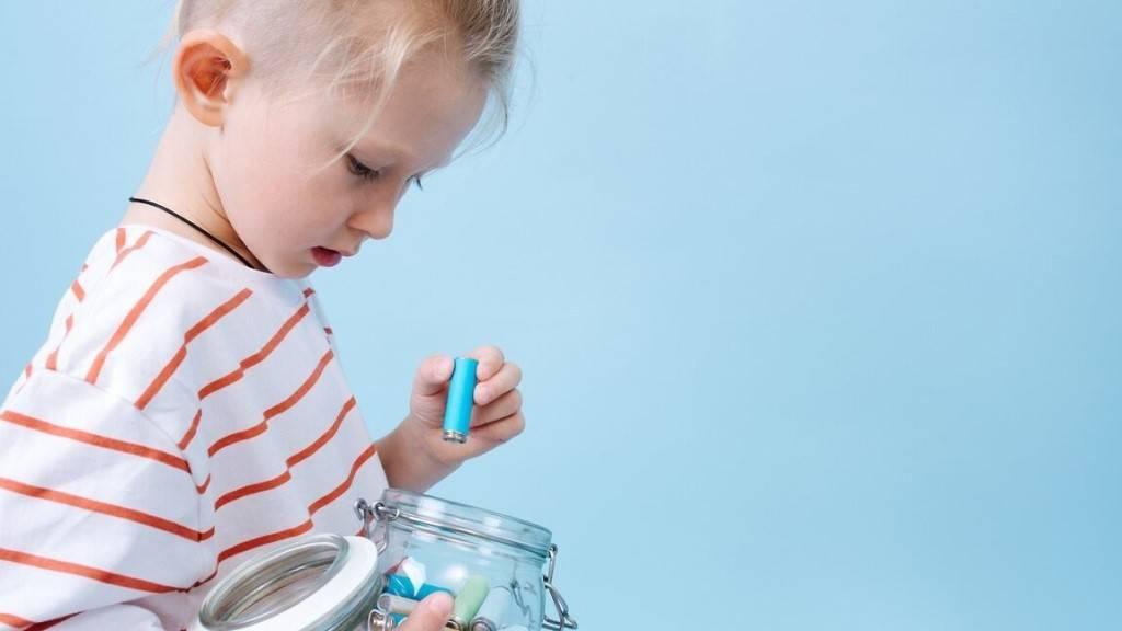 Ребенок проглотил батарейку: что делать, симптомы и лечение