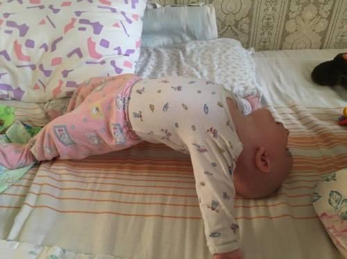 Ребенок выгибает спину и запрокидывает голову