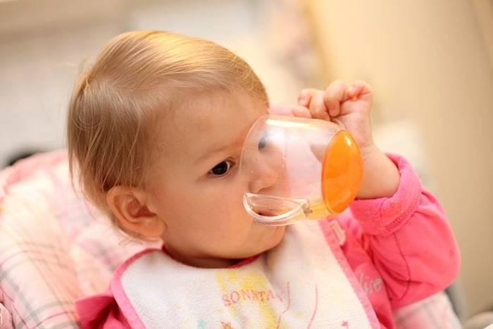 Как научить ребенка пить из поильника непроливайки: советы родителям