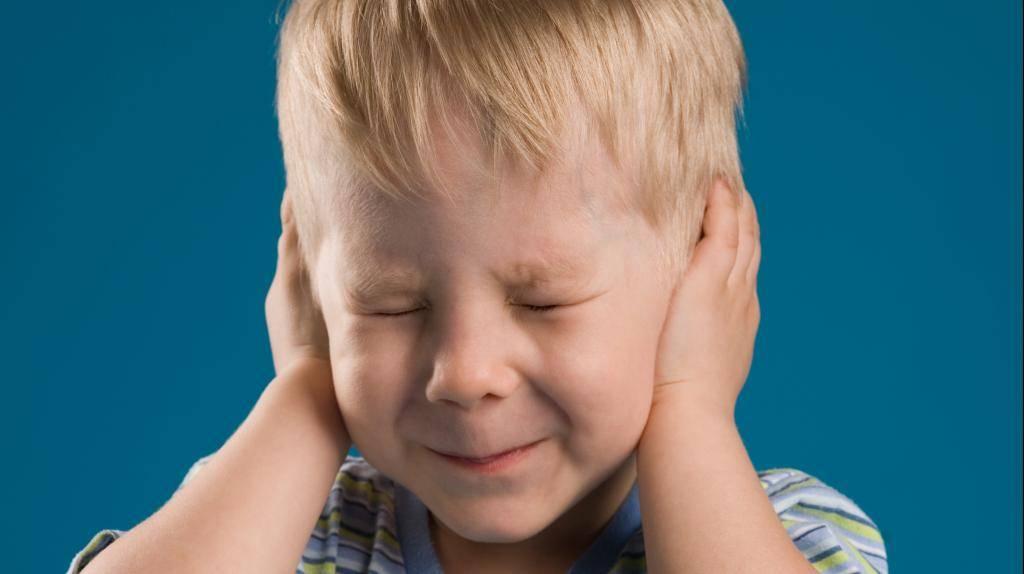 Ребенок боится громких звуков ☒ что делать