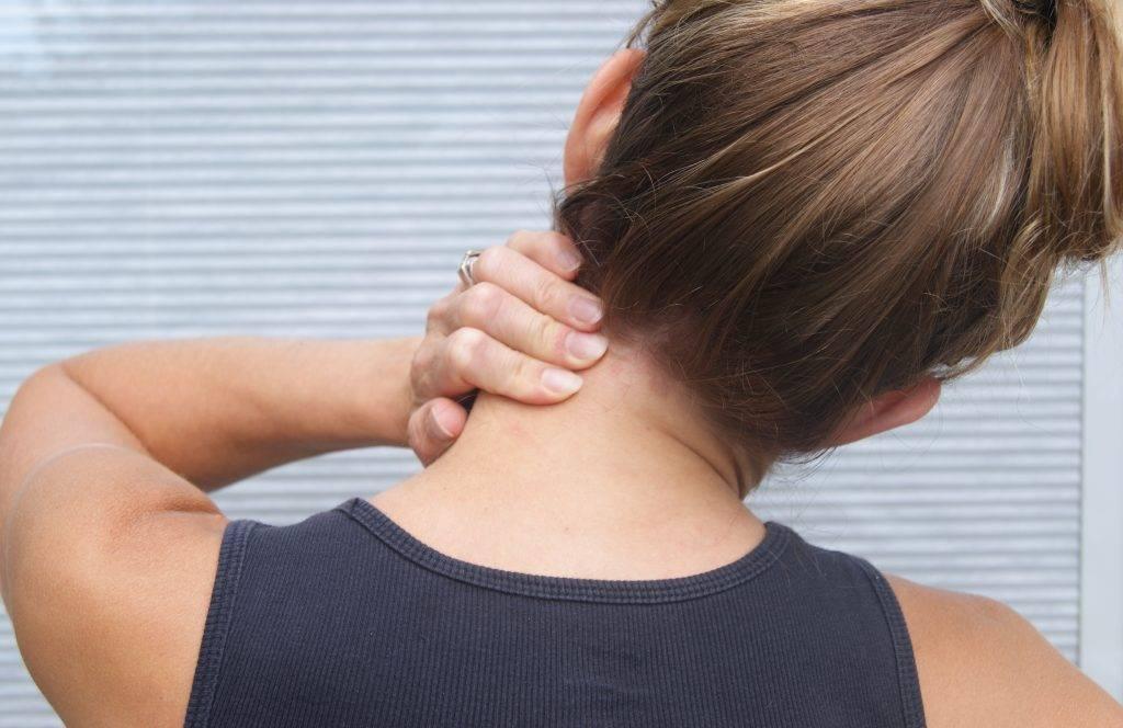 У ребенка болит шея сзади с одной стороны и температура: что делать?