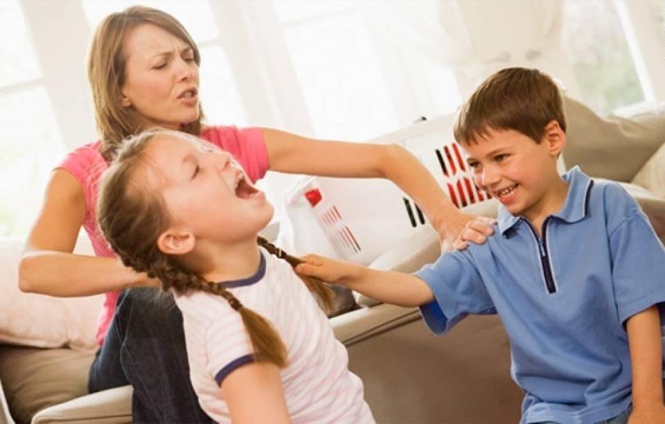 Ребенок отбирает игрушки у других детей?