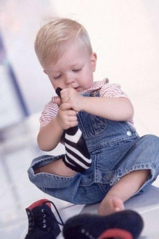 Ребенок не умеет одеваться и кушать самостоятельно | babydouv.ru