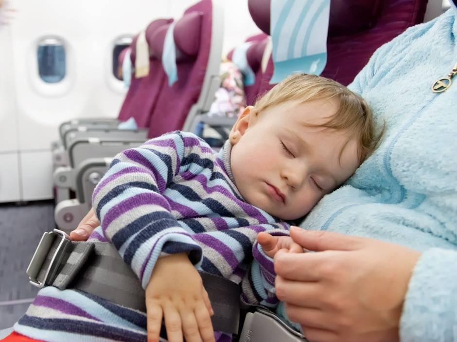 Как лететь в самолете с маленьким ребенком до года