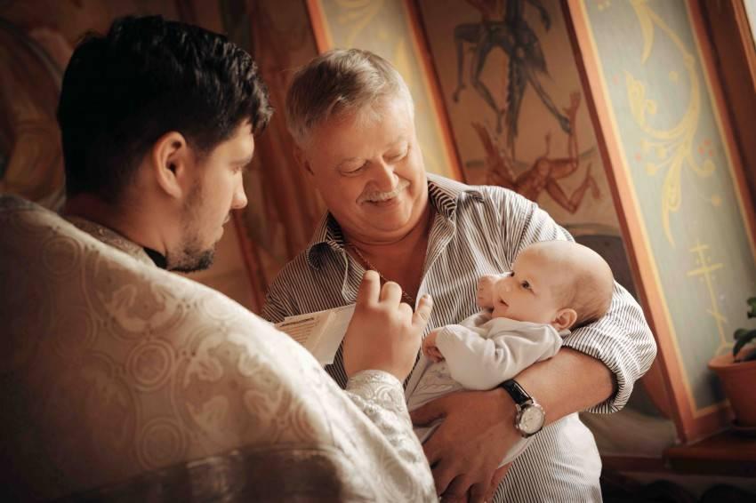 Могут или нет муж и жена быть крестными родителями и почему, кого лучше выбрать на эту роль