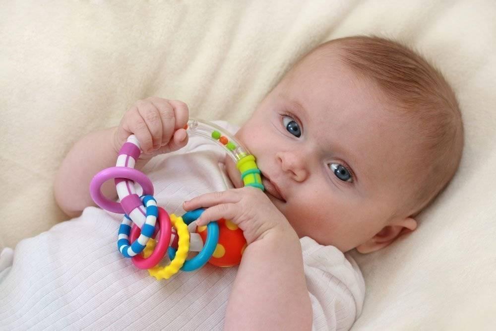 Погремушка для новорожденного: виды, когда начинать давать игрушки ребенку?