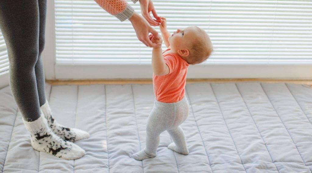 Во сколько месяцев ребенок начинает ходить самостоятельно (норма)