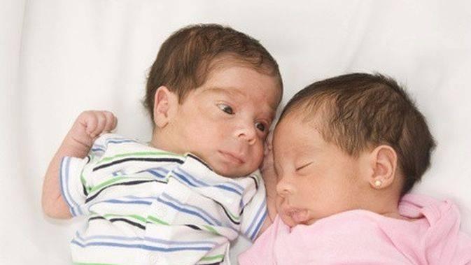 Как воспитать двойняшек: советы психолога
