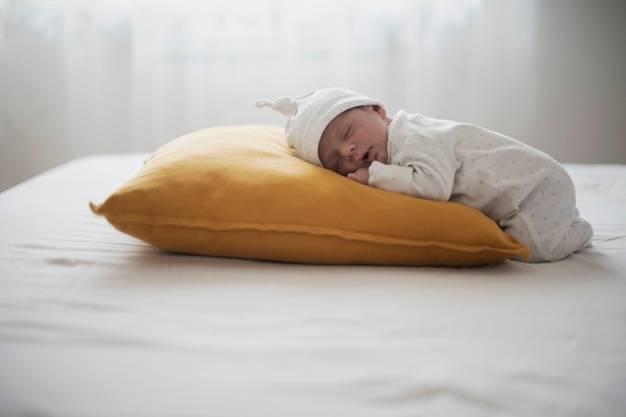 С какого возраста ребенку нужна подушка и как ее выбрать?