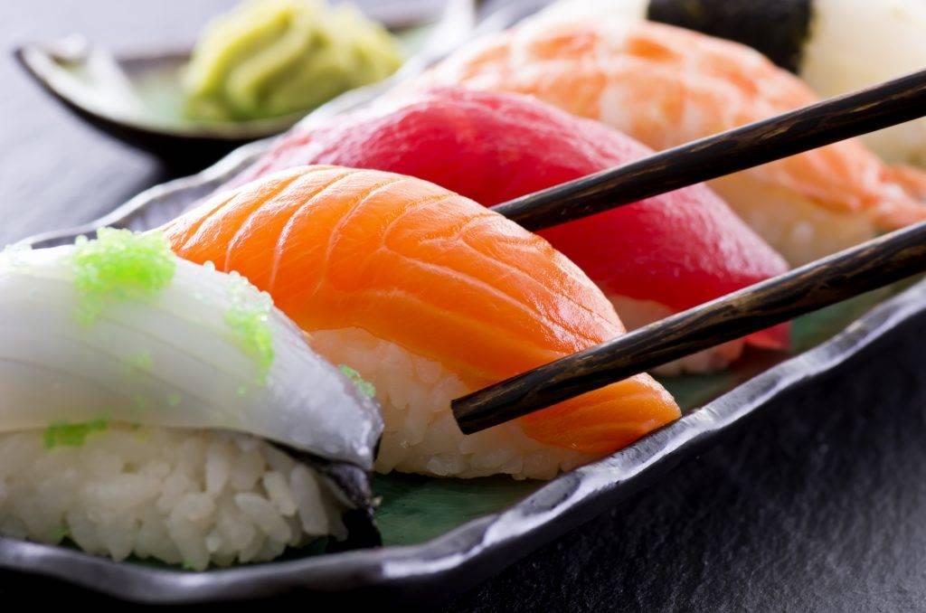 Роллы при грудном вскармливании: можно ли кушать во время первого и второго месяцев гв, также запеченные, разрешены ли суши, какие есть запреты при кормлении грудью?