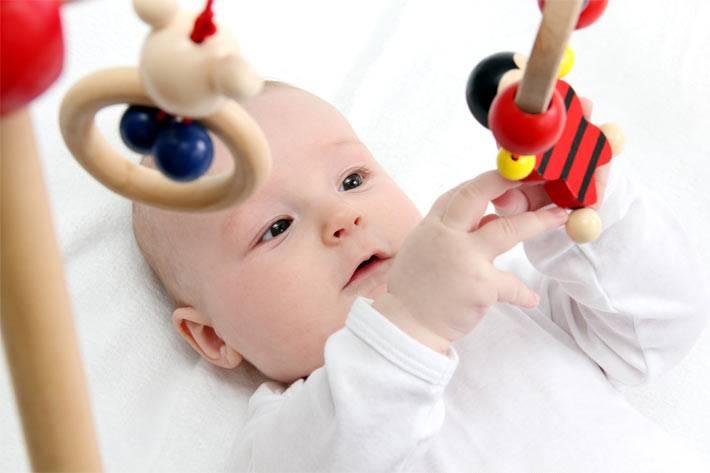 Во сколько месяцев новорожденный ребенок начинает играть с погремушками