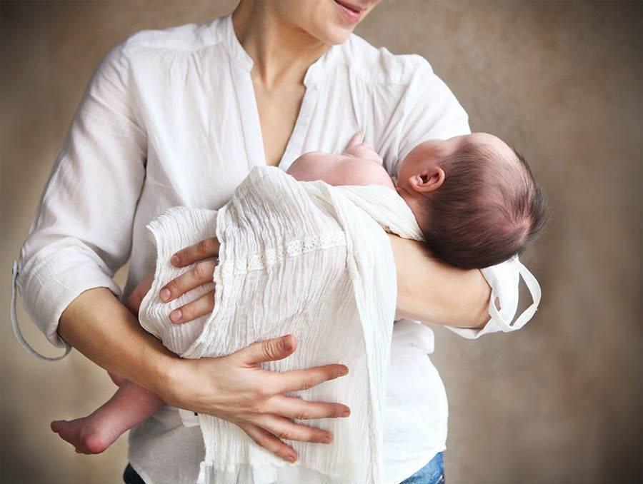Как укачать грудного ребенка спать: можно ли укачивать и как перестать это делать?