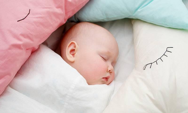 Можно ли класть младенца на подушку