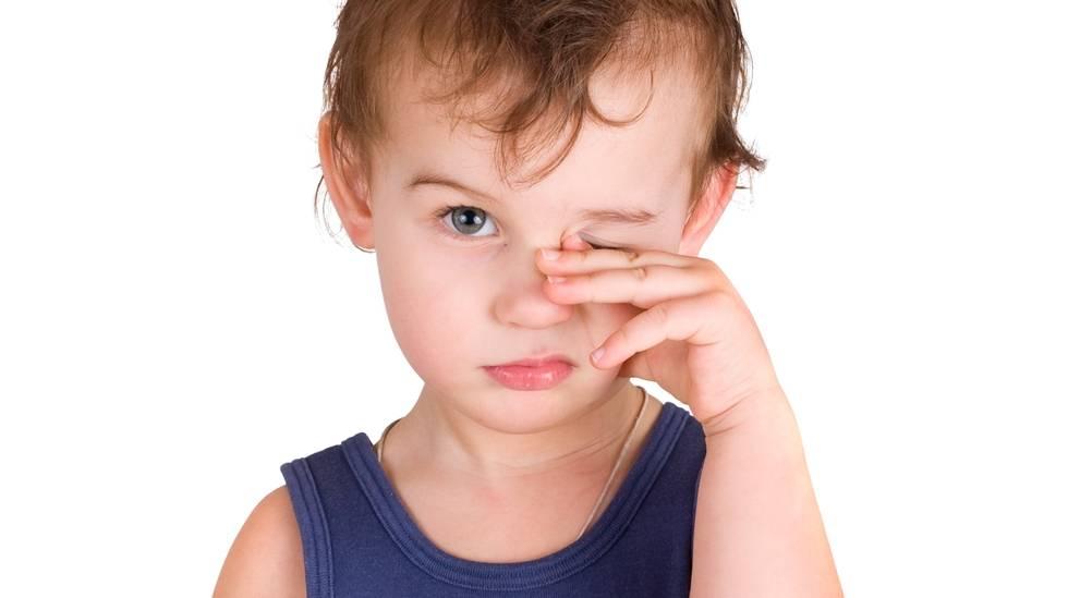 Ребенок трет глаза - причины в разном возрасте