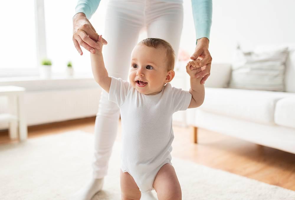 Топ, топ, топает малыш: все, что вам нужно знать о периоде, когда ребенок начинает ходить