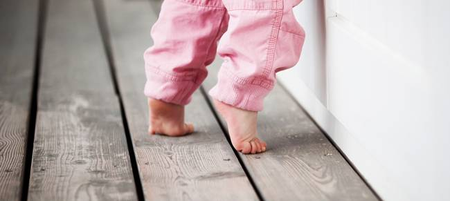 Почему ребенок ходит на цыпочках: основные причины и что делать родителям