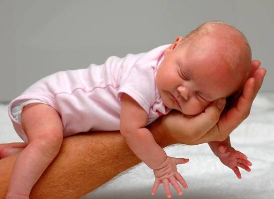 Зачем выкладывать новорожденного на животик – и как правильно