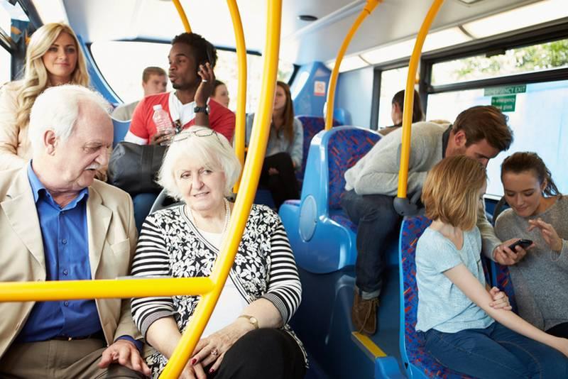 Дети в общественном транспорте: кто кому должен уступать