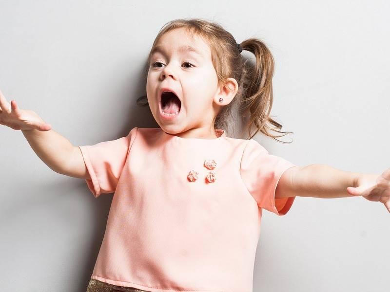 Малыш одевается с капризами и истериками. 5 советов родителя