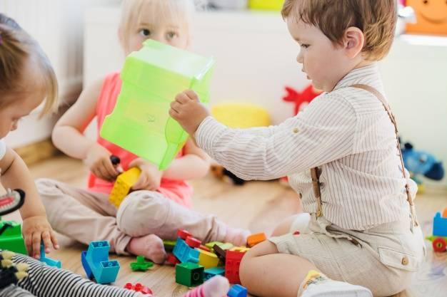 Как научить ребенка делиться своими игрушками и должны ли они это делать