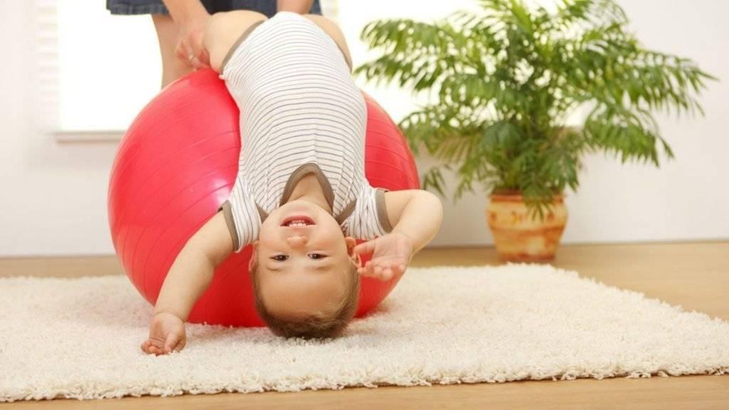Упражнения на фитболе для грудничков 6 месяцев видео