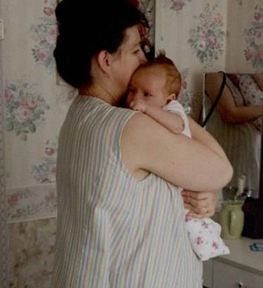 Как правильно держать новорожденного столбиком после кормления: сколько носить, до какого возраста