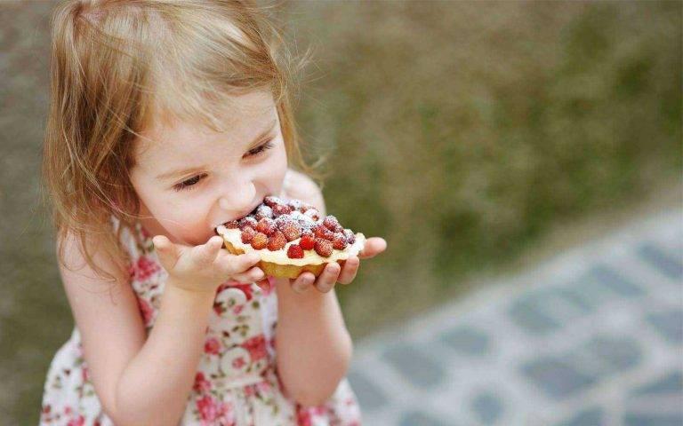 Когда начинать давать сладкое ребёнку: 4 вопроса педиатру