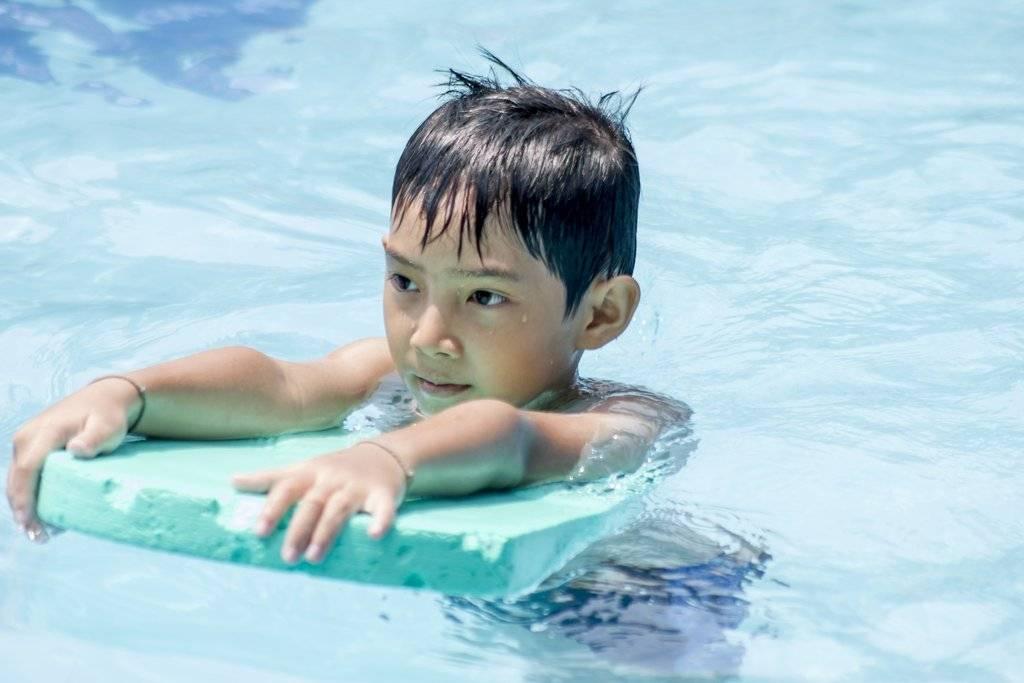 Основы грудничкового плавания в ванной и бассейне