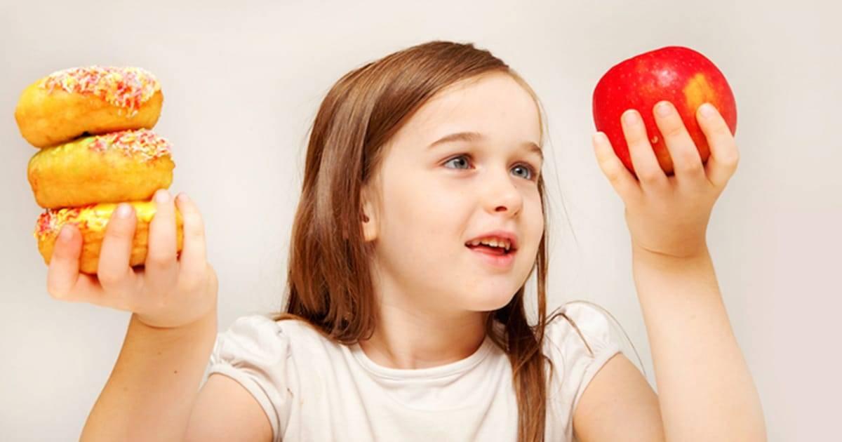 8 советов, как отучить ребенка бросать вещи, предметы и еду