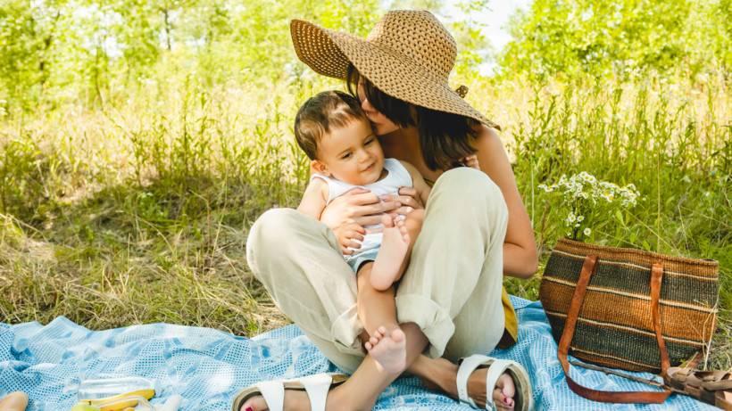 Как правильно гулять в жару с маленьким ребенком - рекомендации и советы