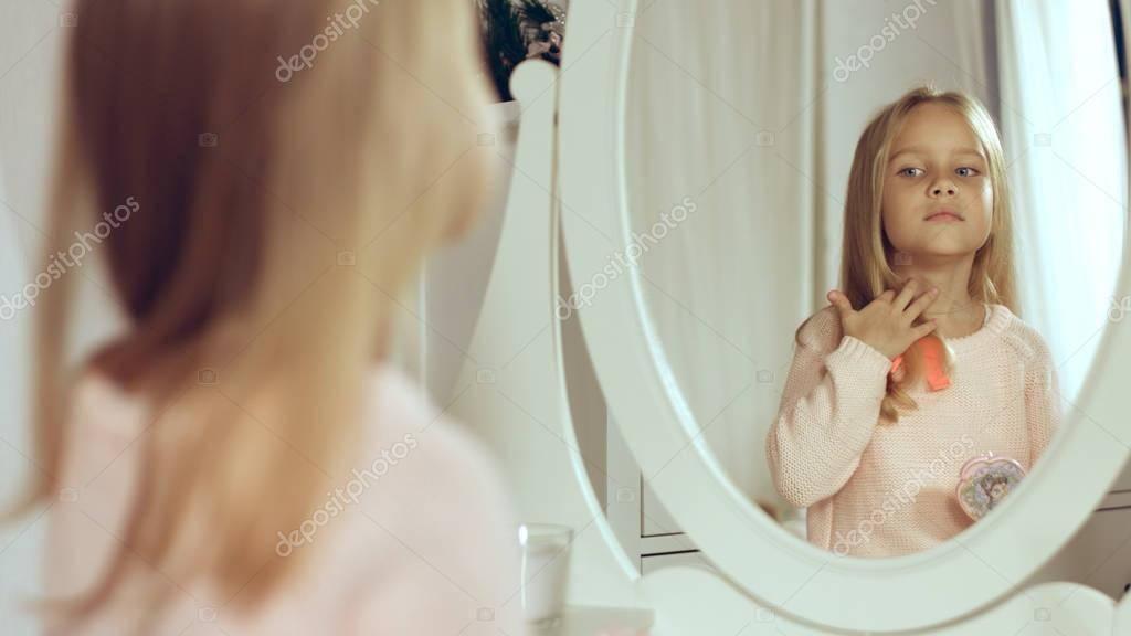 Почему нельзя показывать ребенка в зеркало: суеверия, народные обычаи, приметы