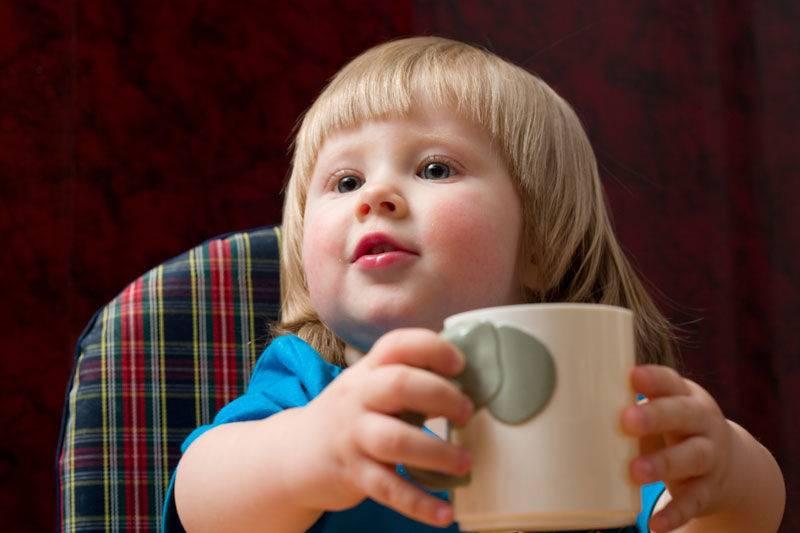 Как научить ребенка пить из кружки самостоятельно: лучший возраст, методы и приемы