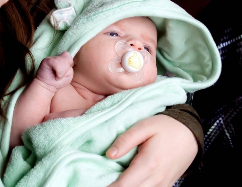 Как новорожденного приучить к пустышке и как ее правильно использовать