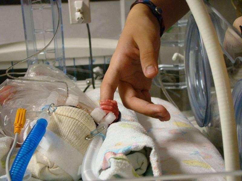 Недоношенный ребенок: как его лечить и развивать