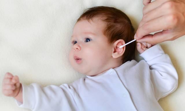 Нужно ли чистить уши детям до года?