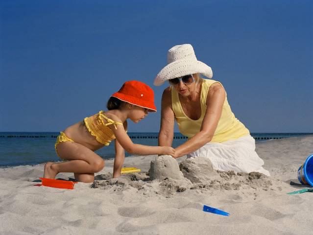Брать ли ребенка на море и с какого возраста? польза и противопоказания