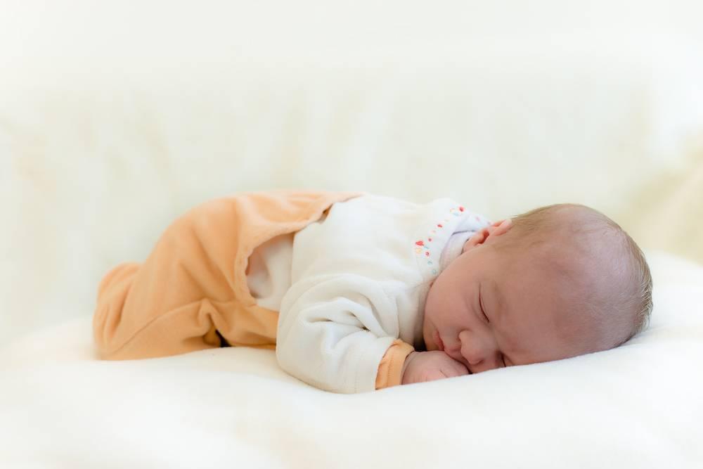 Выкладывание новорожденного на живот: когда и как