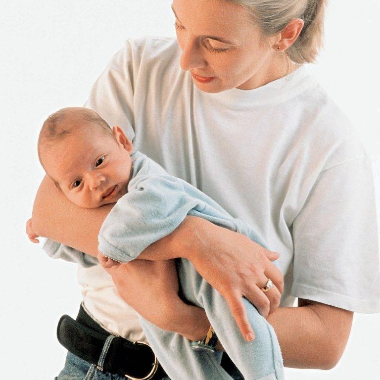 Как держать новорожденного малыша